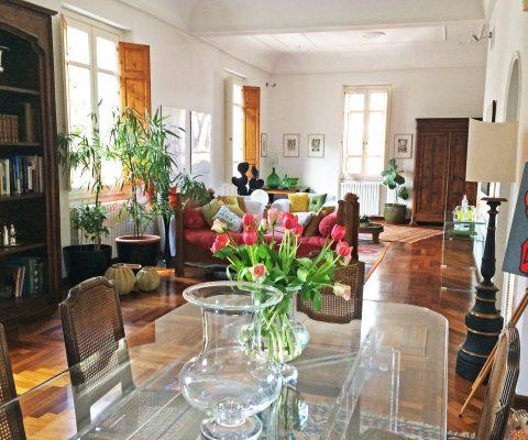 Tavolo con fiori sala B&B St.Remy